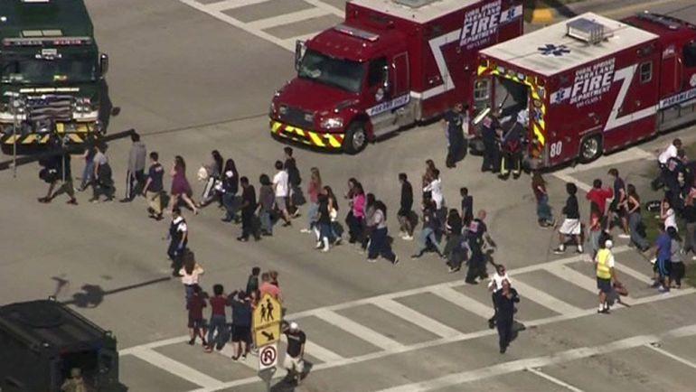 Alumnos desalojados del Marjory Stoneman Douglas High School tras el tiroteo en el centro que ha dejado numerosos heridos
