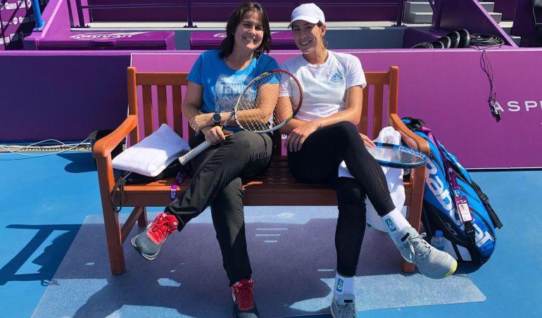 Garbiñe y Conchita posan en Doha, donde están trabajando juntas