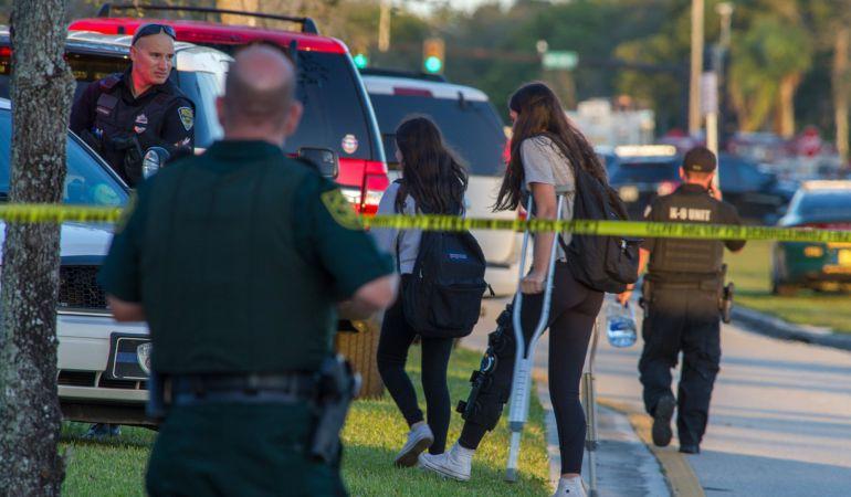 Miembros del personal de emergencias ayudan a varios estudiantes en el lugar del tiroteo registrado en la escuela secundaria Marjory Stoneman Douglas de la ciudad de Parkland, en el sureste de Florida.
