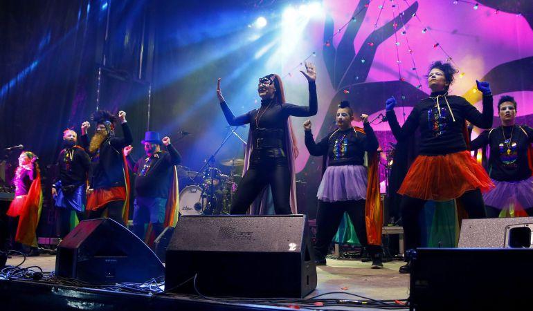 Integrantes del Orgullo Vallekano, la entidad LGTBI conocida por las 'drags' de la cabalgata de los Reyes Magos, durante el pregón de carnavales con el que se da el pistoletazo de salida a las fiestas del Carnaval de Madrid.