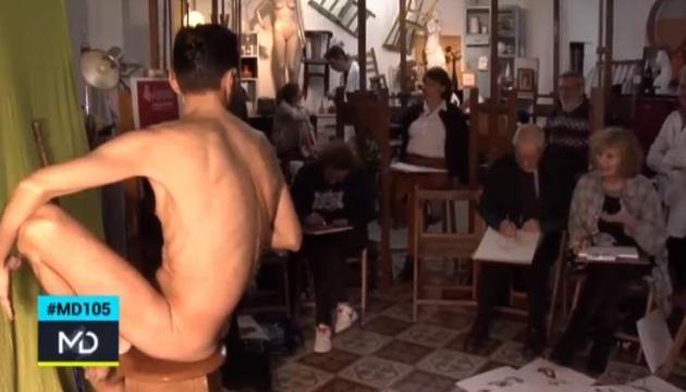 El,reportero Jesús Corano ejerce de modelo en una clase de dibujo