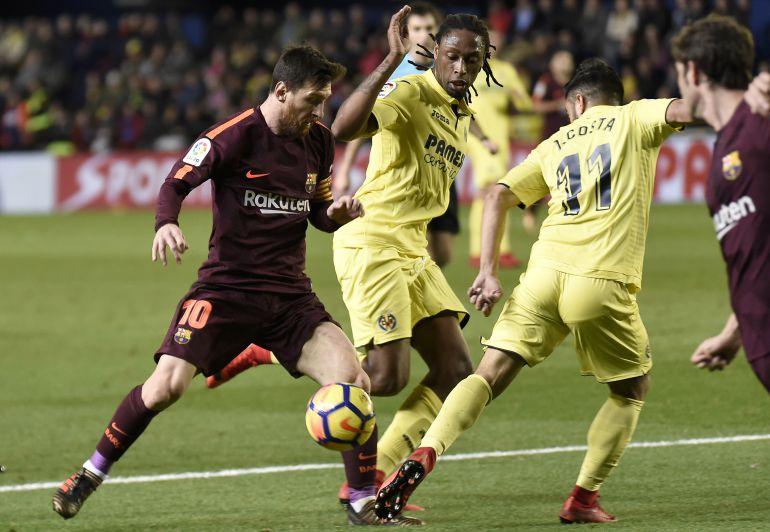 Semedo defiende a Messi durante el partido ante el Barça en El Madrigal
