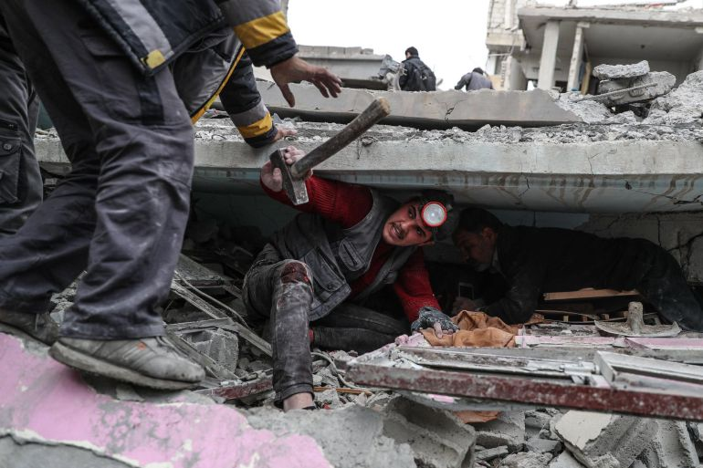 Voluntarios de los Cascos Blancos buscan supervivientes bajo los escombros tras un ataque aéreo en Douma, Siria
