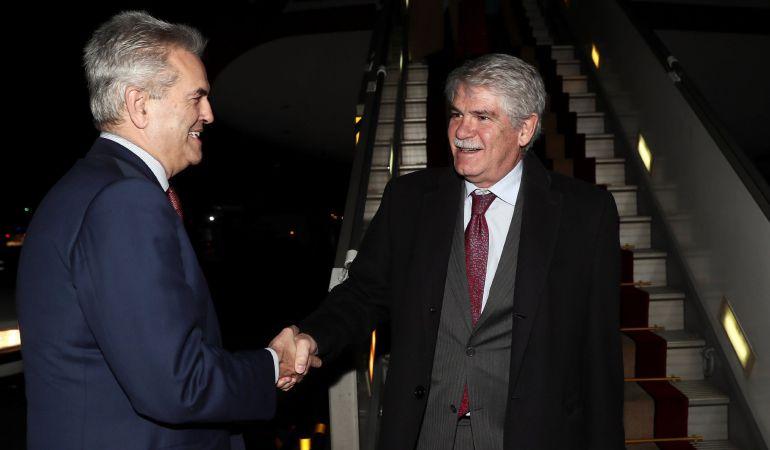 El ministro español de Asuntos Exteriores, Alfonso Dastis, es recibido por el embajador de España en Irán, Eduardo López Busquets a su llegada a Teherán.