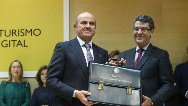 El ministro de  Luis de Guindos (izquierda) traspasa la cartera de Energía a Alvaro Nadal en 2016