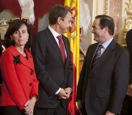 La ex presidenta del TC, Maria Emilia Casas, junto a José Luis Rodríguez Zapatero y José Bono.