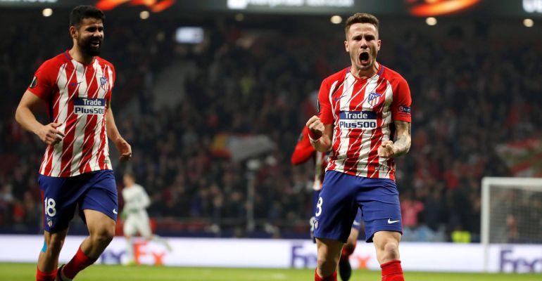 Saúl festeja su gol ante la mirada de Diego Costa