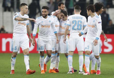 Dimitri Payet del Olympique celebra un gol con sus compañeros durante el partido de ida de octavos de final de la Liga Europea UEFA, entre el equipo francés Olympique de Marsella y el español Athletic Bilbao.