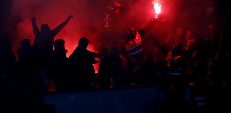 Un miembro de la seguridad del estadio Parc des Princes confisca una bengala en el partido entre el PSG y el Real Madrid.