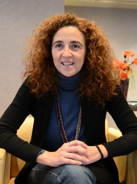 """La profesora Ruiz Gimenez en su participación en el curso """"Conflictos, injerencias extranjeras y resolución pacífica""""."""