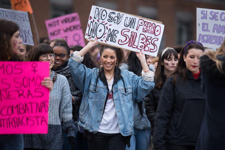 Varias chicas portan pancartas en la marcha de Madrid