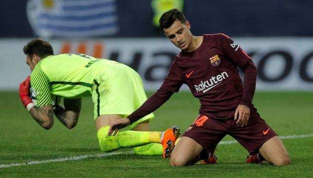 Roberto ataja un balón ante la presencia de Coutinho