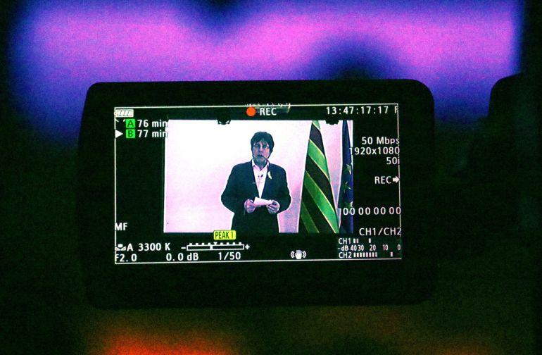 Una cámara de vídeo graba la intervención de Carles Puigdemont
