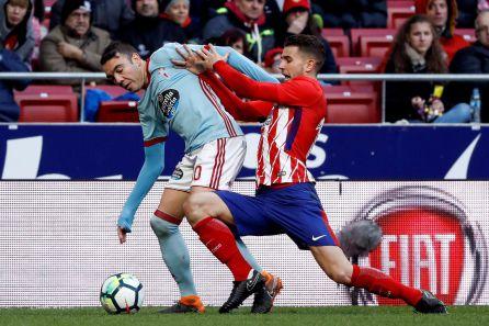 Iago Aspas y Lucas Hernández pugnan por un balón disputado.