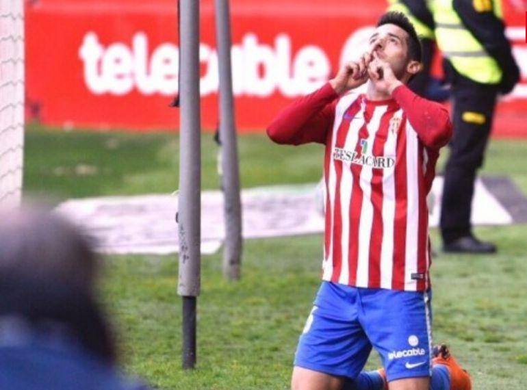 Jony celebrando un gol dedicado a Quini.