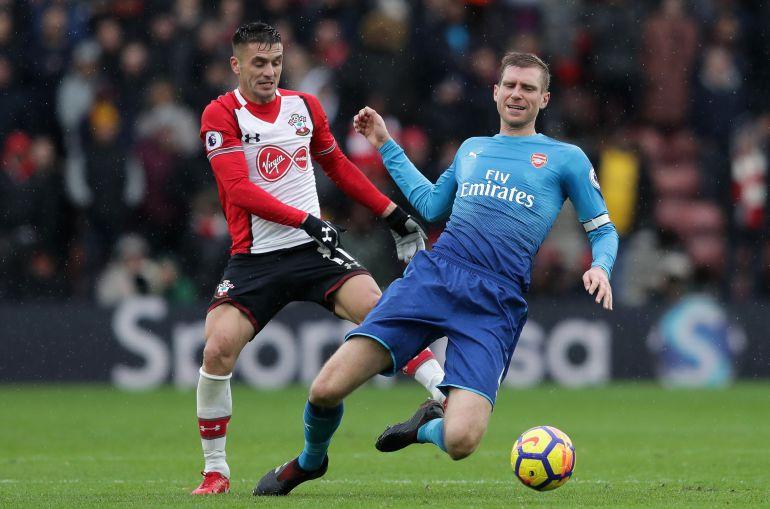 Mertesacker cae ante Tadic, en un partido de esta temporada