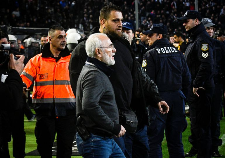 El propietario del PAOK, Ivan Savvides, que saltó al campo con un arma.