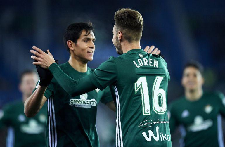 Loren Morón y Mandi celebran el gol del Betis ante el Alavés en Mendizorroza.