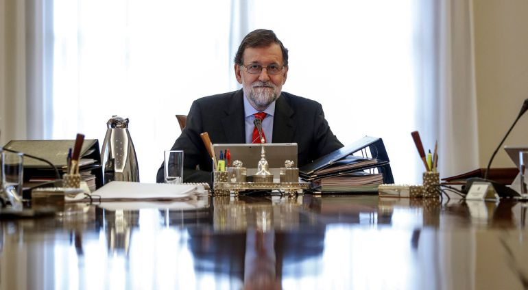 El presidente del gobierno Mariano Rajoy (c), durante la reunión del Consejo de ministros del pasado viernes