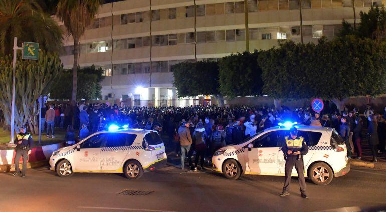 Cientos de personas se agolpan frente a la comandancia de la Guardia Civil de Almeria donde permanece detenida Ana Julia Quezada, la presunta autora de la muerte de Gabriel Cruz, el niño de 8 años desaparecido el 27 de febrero.