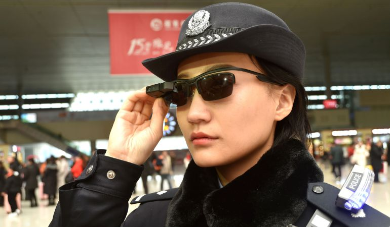 Una policía lleva las gafas inteligentes en la estación.