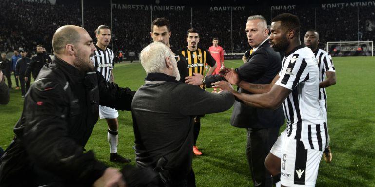 El presidente del PAOK Ivan Savvidis saltó al terreno de juego en el partido ante el AEK con un arma.