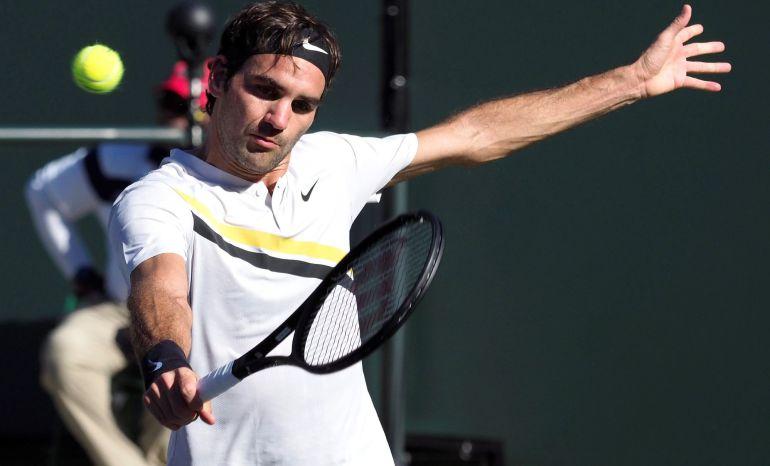 Roger federer devuelve la bola al argentino Federico Delbonis durante el partido que enfrentó a ambos en el torneo de Indian Wells (Estados Unidos).