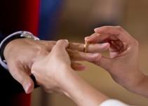 La última moda viral: piercings en los dedos como anillos de boda