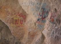 Los turistas destrozan con sus firmas pinturas milenarias en una cueva de Chile