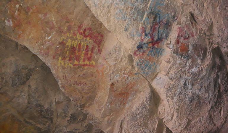 Felipe Sandoval muestra el estado actual de las cuevas.