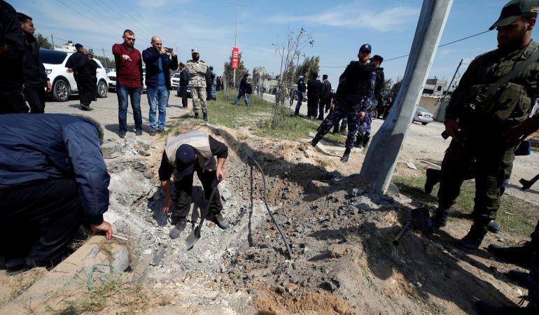 Palestinos analizan el sitio de la explosión.