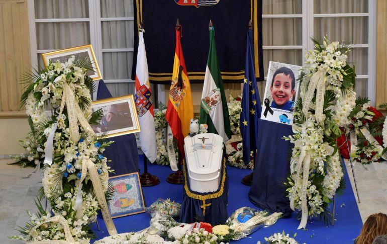Ramos de flores junto al féretro en la capilla ardiente del niño Gabriel Cruz instalada el lunes en el Palacio Provincial de la Diputación de Almería