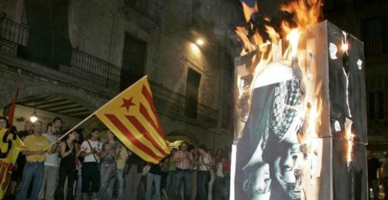 Imagen de la quema de una fotografía de los reyes en Girona en 2007