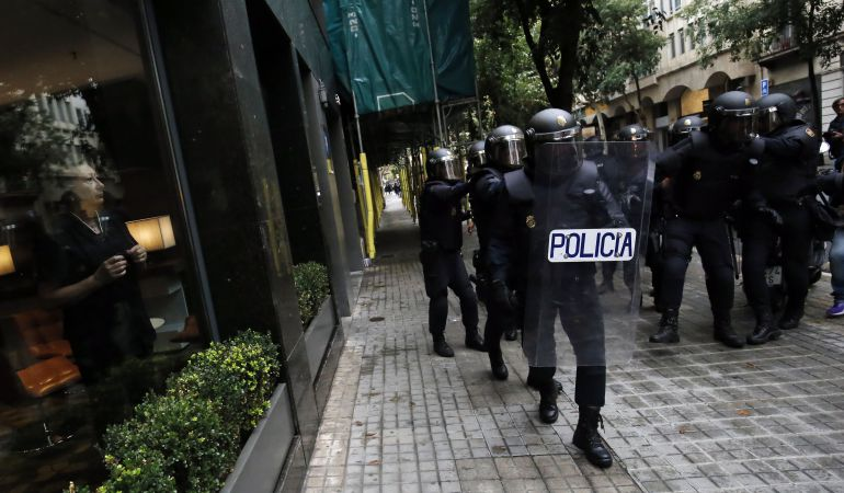 Agentes de Policía durante los disturbios del 1-O.