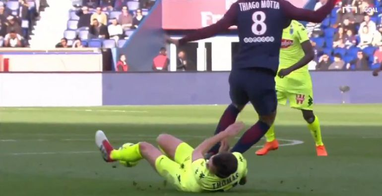 Thiago Motta y su bestal falta Romain Thomas, del Angers