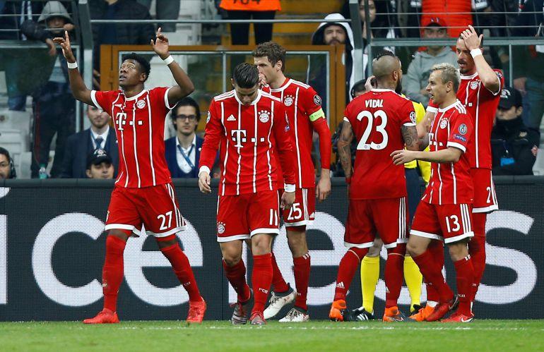 Los jugadores del Bayern celebran el gol de Sandro