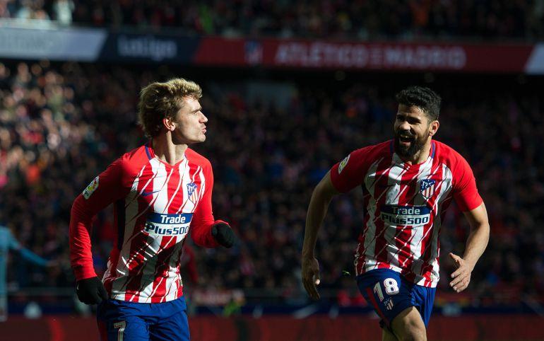 Diego Costa celebra con Griezmann un gol del Atlético
