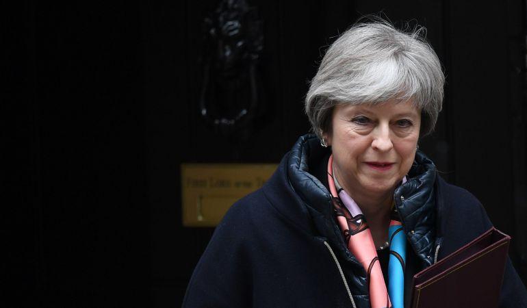 La primera ministra británica, Theresa May, sale del número 10 de Downing Street en Londres (Reino Unido).