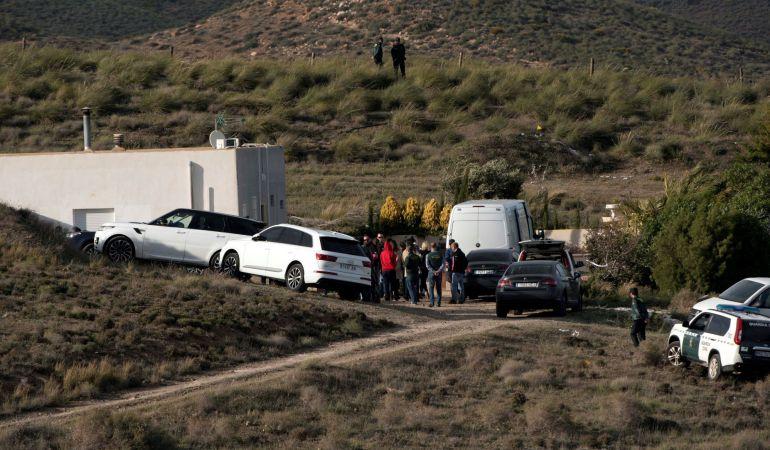 Ana Julia Quezada (de rojo), la autora confesa de la muerte de Gabriel Cruz, el hijo de su pareja, ha vuelto a ser trasladada a la localidad de Rodalquilar, en Níjar (Almería).