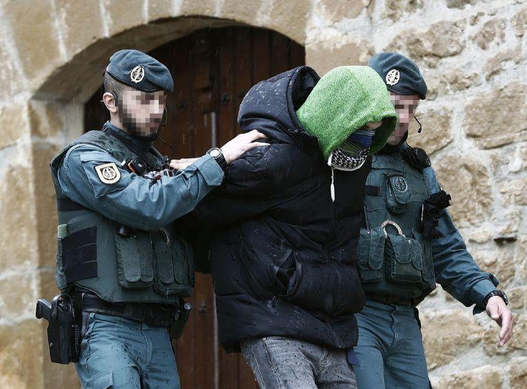 La Guardia Civil ha detenido en San Martín de Unx (Navarra) a un joven de 27 años de nacionalidad española y converso al islam por autoadoctrinamiento del terrorismo yihadista y que estaba preparado para pasar a la acción en solitario en España.