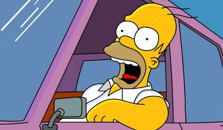 Homer Simpson conduciendo.