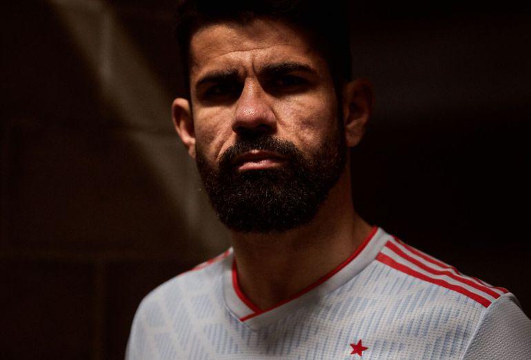 Diego Costa posa con la segunda camiseta que España lucirá en Rusia