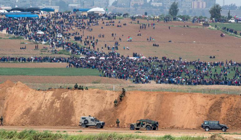 Palestinos se reúnen en Gaza cerca de la frontera con Israel.