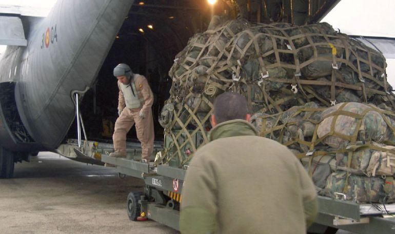 Militares españoles en Afganistán cargan material en dos aviones Hércules del Ejército del Aire