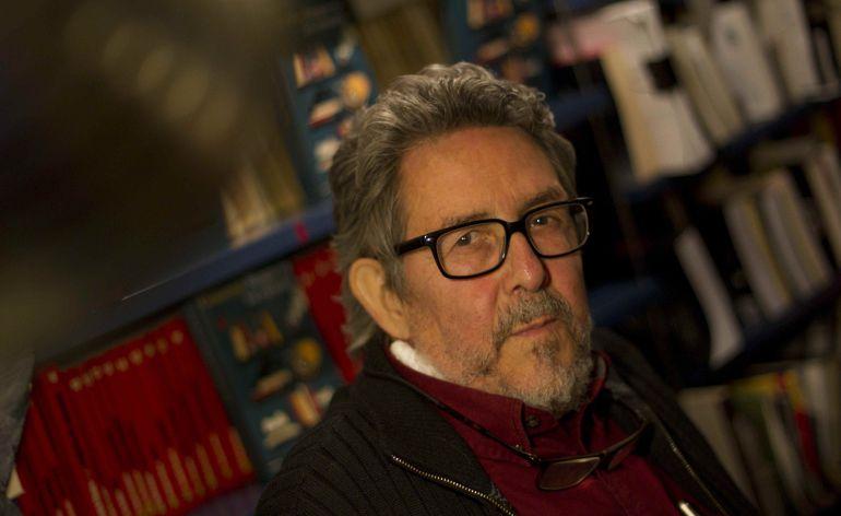 El librero Paco Camarasa, que hasta 2015 comandó la barcelonesa librería Negra y Criminal, posa durante la presentación en Barcelona de su novela 'Sangre en los estantes'