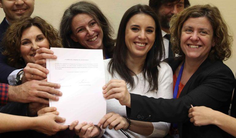 La portavoz de Unidos Podemos en el Congreso, Irene Montero, registra, junto a varias compañeras de partido, una Proposición de Ley para regular los alquileres abusivos.