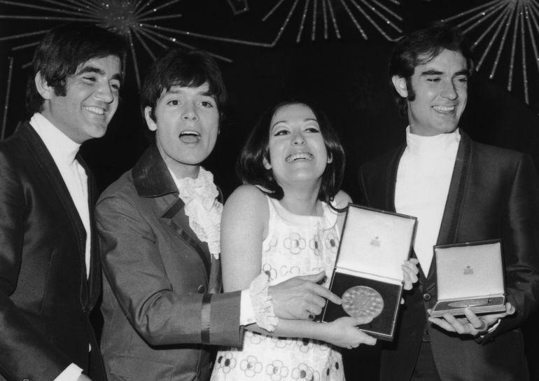 Massiel, tras ganar Eurovisión, junto al representante británico, Cliff Richard, que quedó segundo, y junto a los componentes del Dúo Dinámico, autores de 'La, La, La'