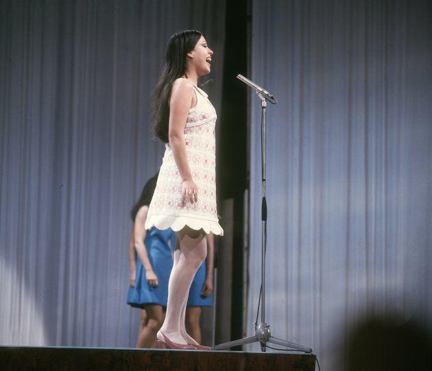Massiel interpreta 'La, La, La' en el escenario del Royal Albert Hall de Londres