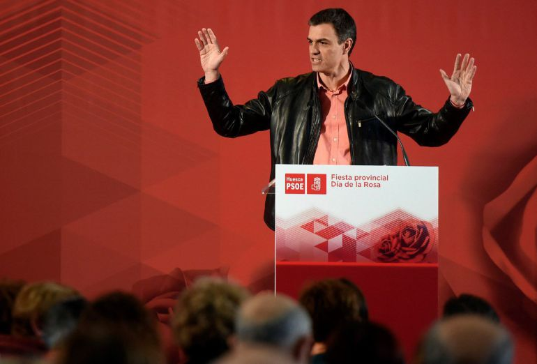El secretario general del PSOE, Pedro Sánchez (c), durante su intervención en el acto organizado con motivo de la celebración del Día de la Rosa del PSOE del Altoaragón, hoy en Ayerbe (Huesca), que reúne a cerca de mil militantes y simpatizantes socialistas oscenses.