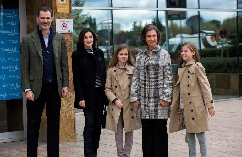 Los reyes Felipe y Letizia acompañados por la reina Sofía, la princesa Leonor y la infanta Sofía a su llegada hoy a la Clínica Universitaria La Moraleja para visitar al rey don Juan Carlos